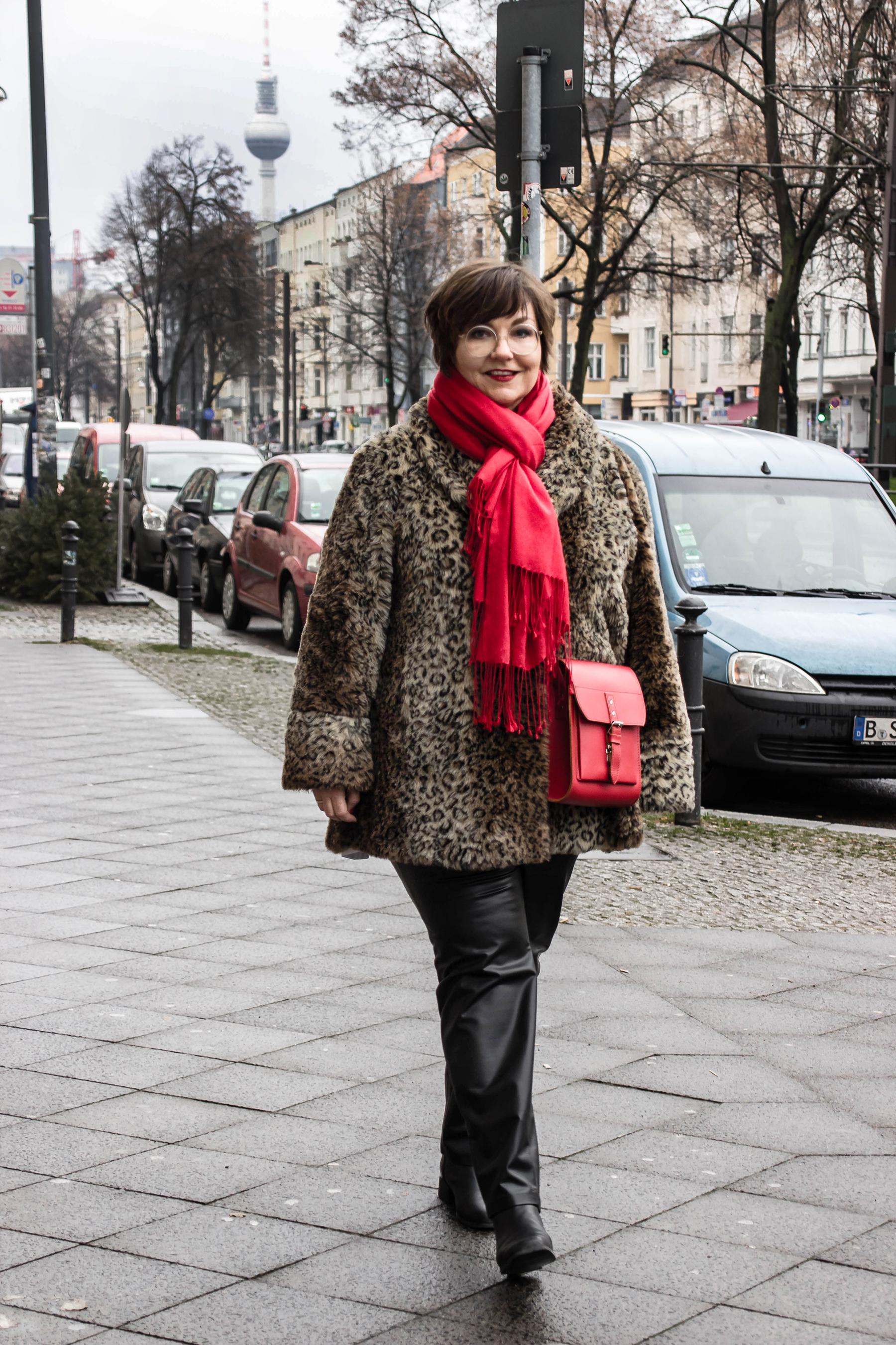 Was trage ich zur Fashionweek? Ich habe mich für einen Leo-Kurzmantel mit roten Highlights entschieden!