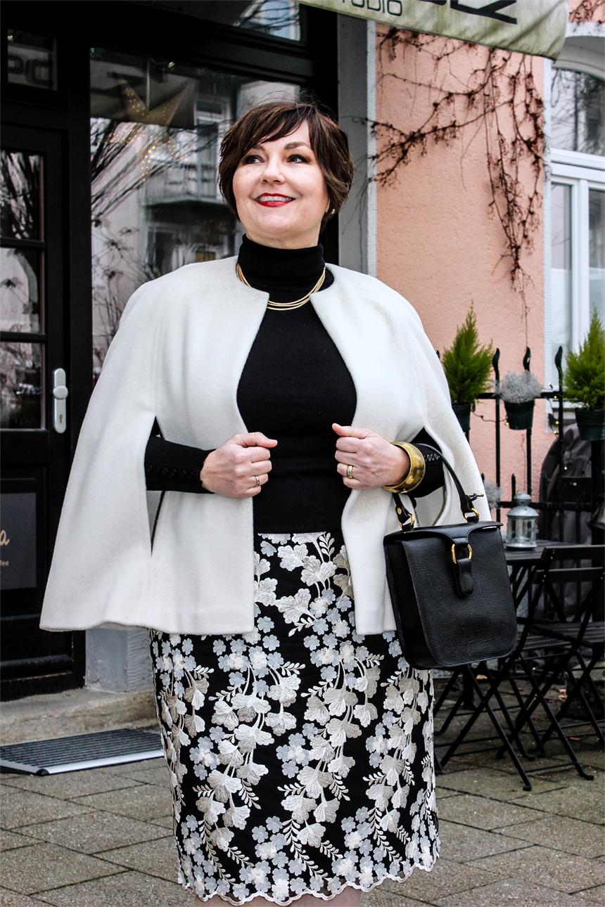 Meine neue Eleganz: In diesem Cape fühle ich mich wie eine Mischung aus Superwoman und Audrey Hepburn. Einfach fabelhaft! Entwurf: Hilde Polz.