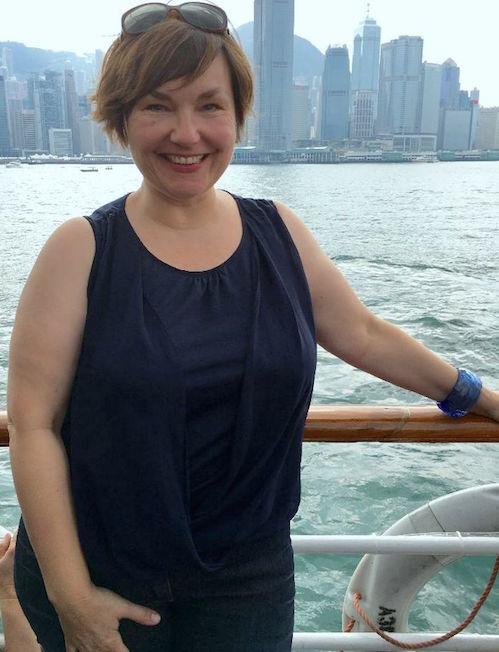 Susi vor der Skyline Hongkongs