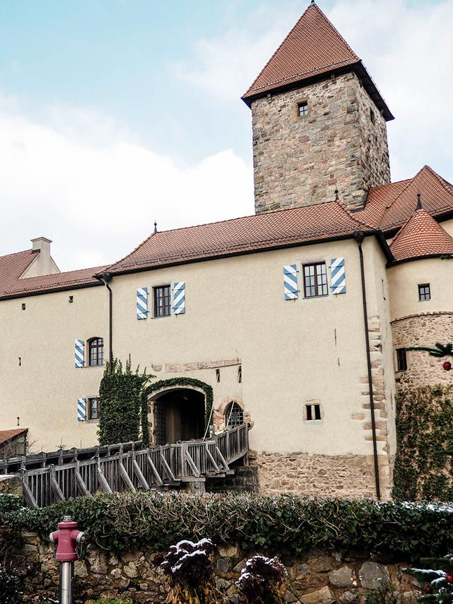 Ich erzähle eine Geschichte von rosa Samt auf einer Burg. Aber eigentlich sind es gleich drei! Komm lesen!