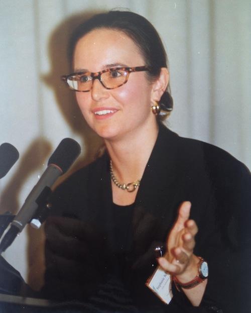 PR-Beraterin Stephanie Grupe bei einem Vortrag (1994)