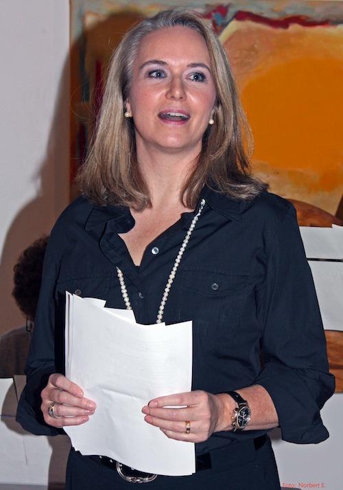 Modeflüsterin Stephanie Grupe als Rednerin bei einer Vernissage