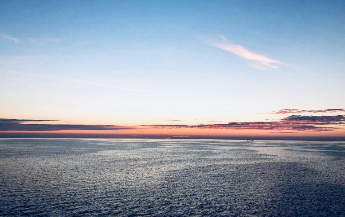 Susanne Ackstaller Texterella blickt in die Mitternachtssonne auf der Ostsee