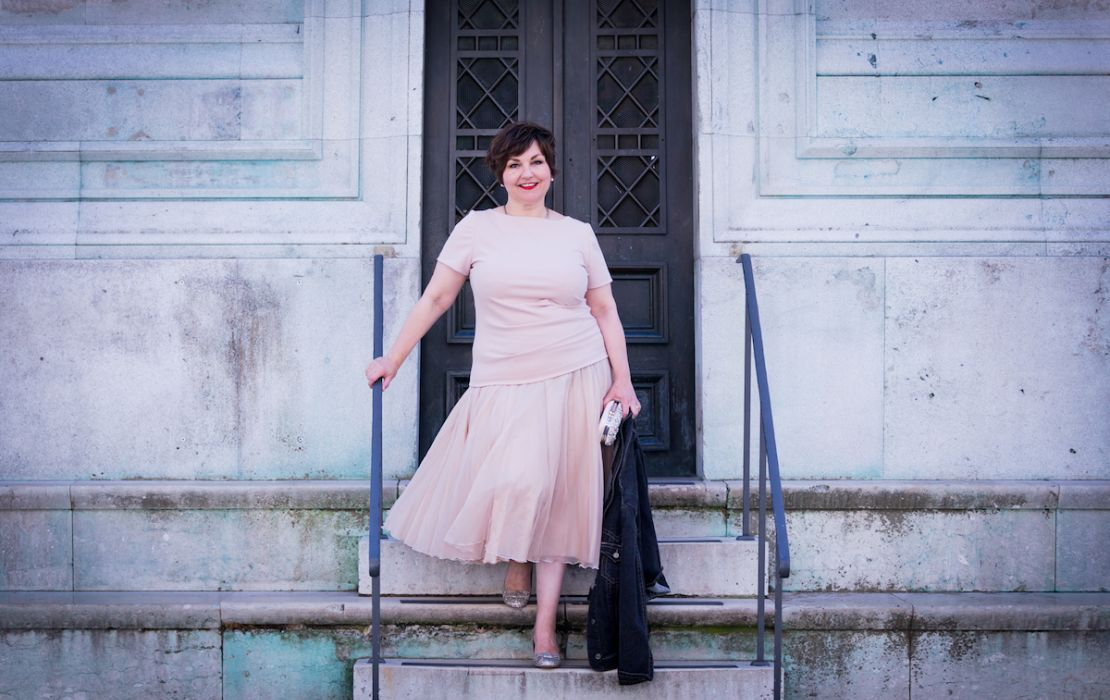 Texterella Susanne Ackstaller im Organza-Rock auf einer Treppe an der Bavaria in München