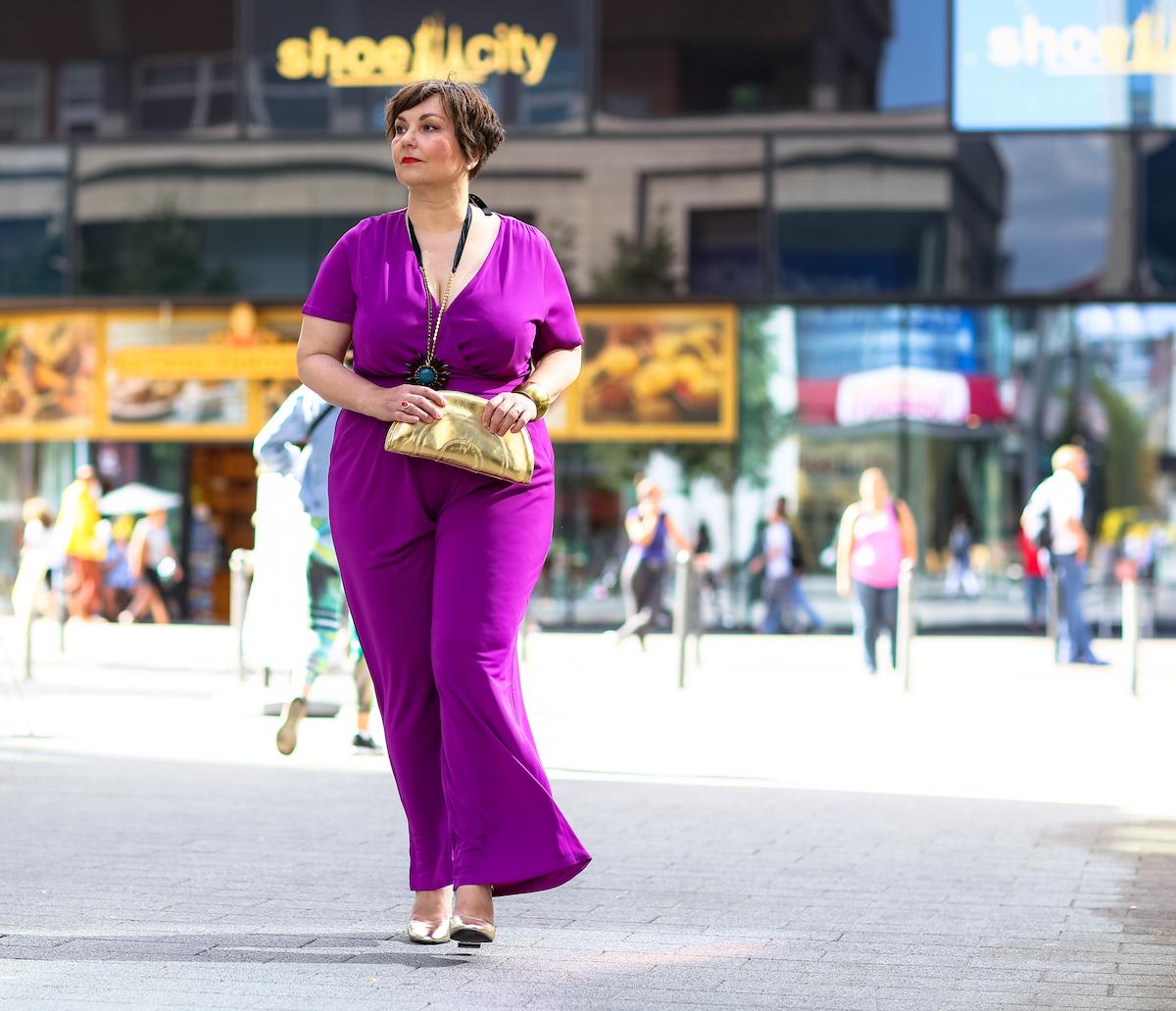 Susanne Ackstaller aka Texterella auf dem Berliner Alexanderplatz während eines Fashionshootings zur Berlin Fashionweek