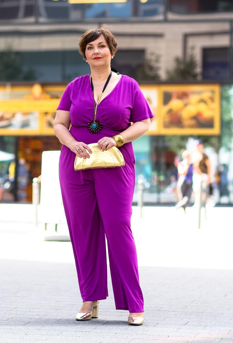 Susanne Ackstaller im Lila Jumpsuit schreibt über die Modepolizei bei Plussize