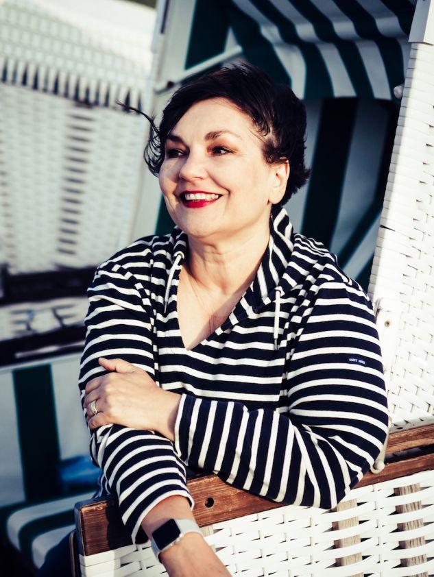 Susanne Ackstaller sitzt in einem Strandkorb und blickt auf die Ostsee