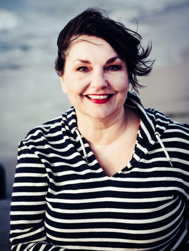 Mit verwehten Haaren und Streifenpulli: Susanne Ackstaller an der Ostsee