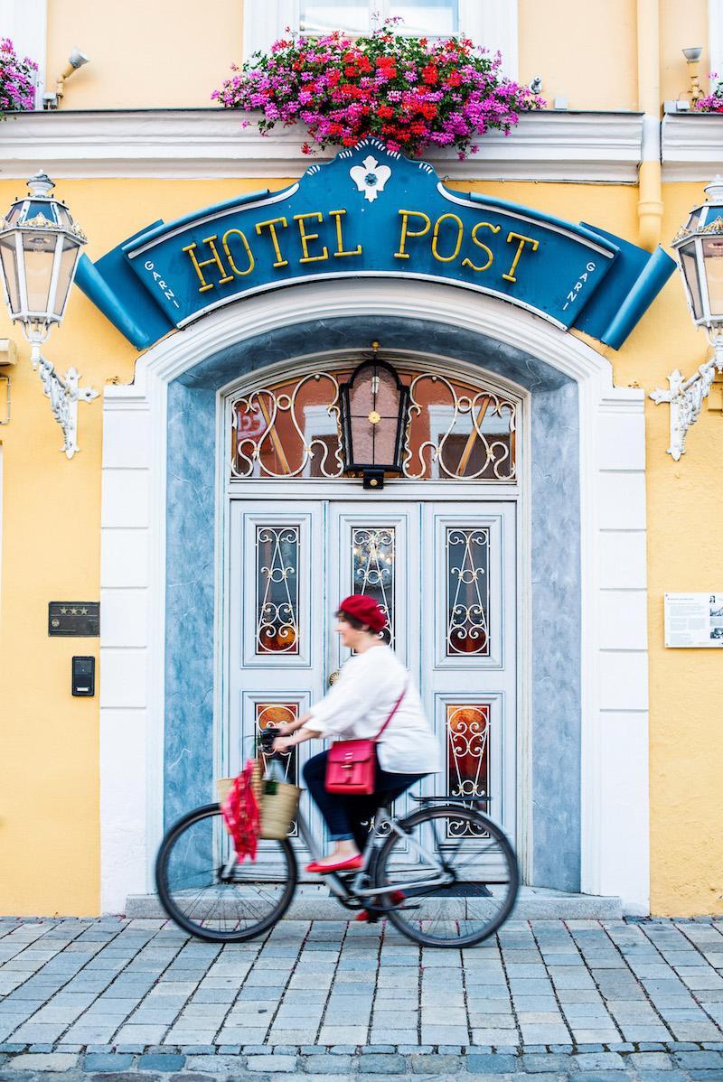 Susanne Ackstaller aka Texterella vor dem Hotel Post in Murnau