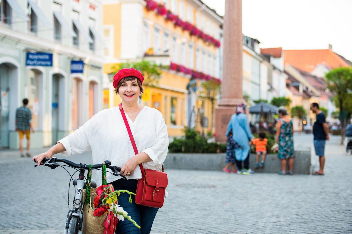 Susanne Ackstaller auf dem Rad in Murnau am Staffelsee