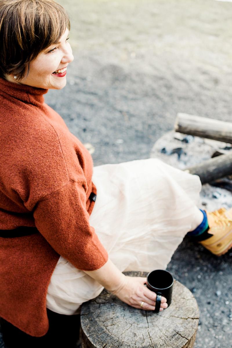 Susanne Ackstaller genießt die ersten Herbsttage am Lagerfeuer