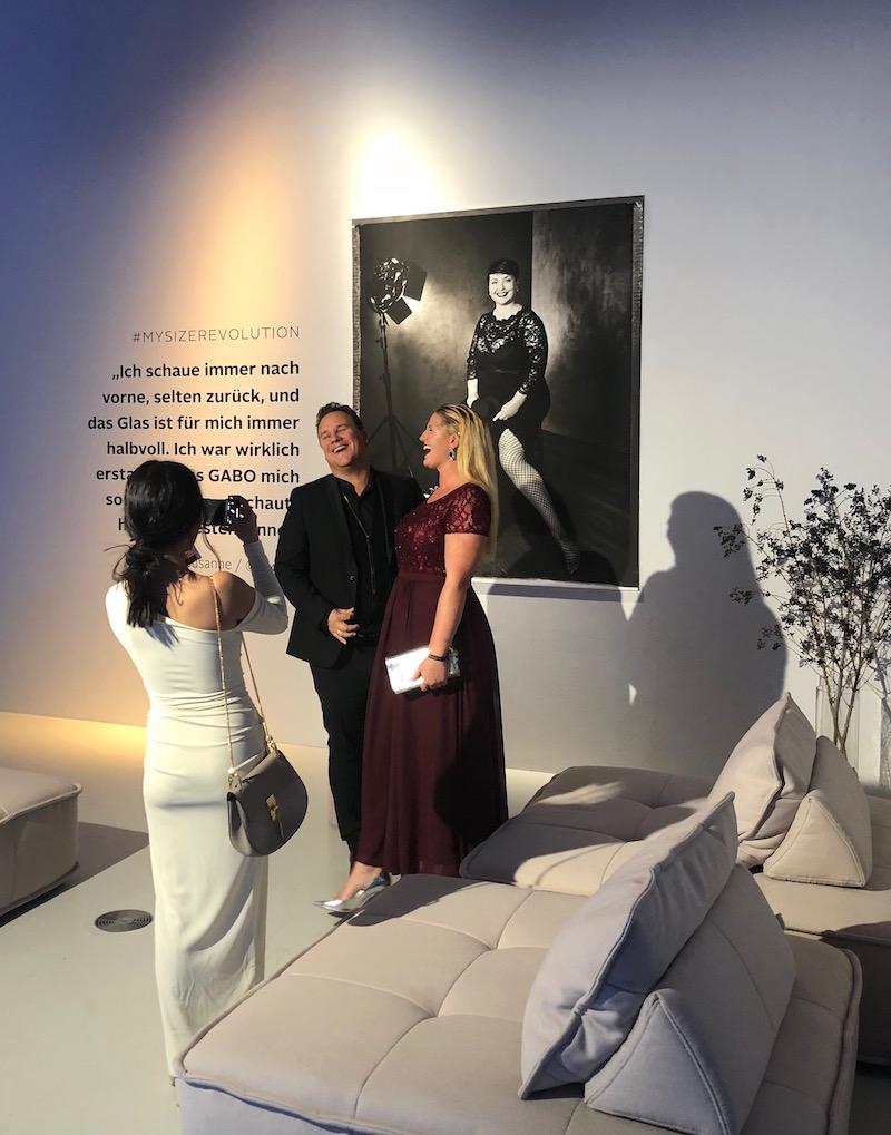 Guido Maria Kretschmer und Plussize-Topmodel Stella Sieger vor Texterella, fotografiert von GABO