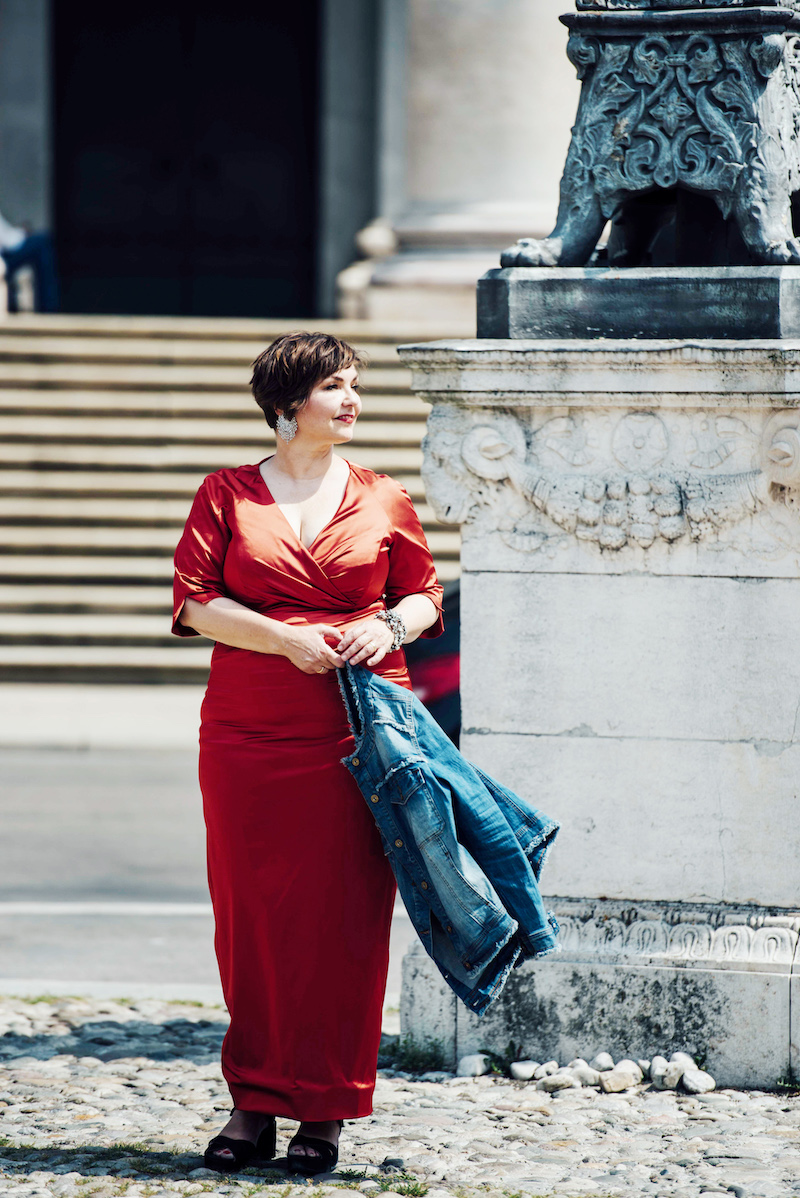 Susanne Ackstaller im feuerroten Kleid vor dem Nationaltheater in München