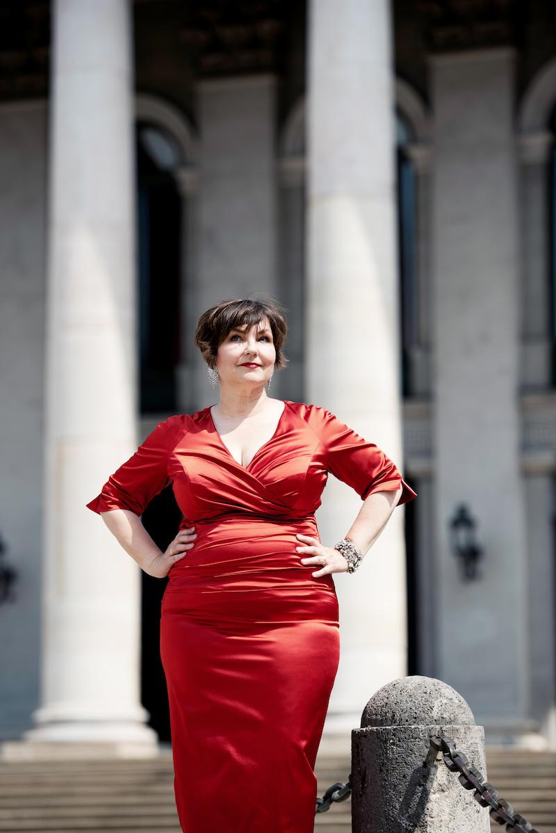 Texterella im roten Kleid vor der bayrischen Staatsoper. Motto: