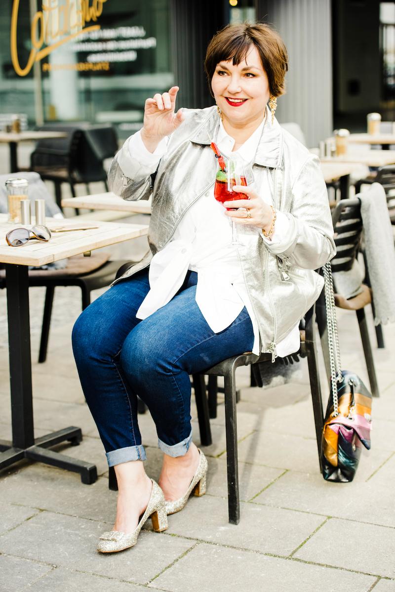 Susanne Ackstaller in silberner Lederjacke zur Jeans und Pailettenpumps