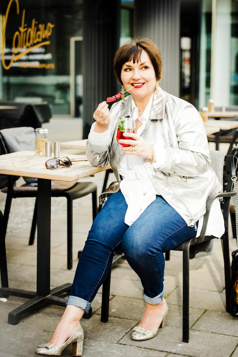 Susanne Ackstaller in silberner Lederjacke zur Jeans: Texterella entdeckt Münchner After-Work-Bars.