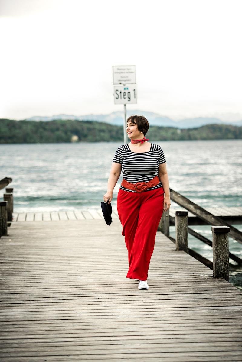 Susanne Ackstaller im maritimen Look am See: rote Marlenehose, gestreiftes Shirt
