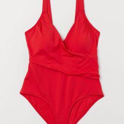 Roter badeanzug mit shape-effekt