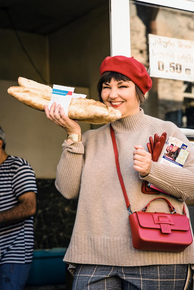 Susanne Ackstaller aka Texterella kauft das leckere georgische Brot.