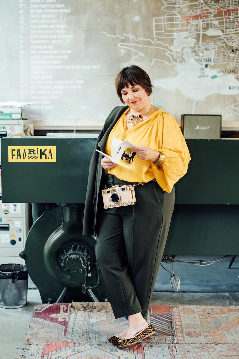 Sonnengelb und Oliv – Susanne Ackstaller trägt diesen Look im Herbst 2019.