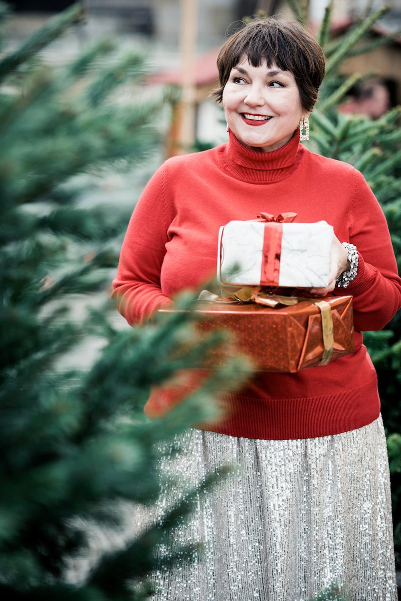 Texterella kombiniert Pailletten zum sportiven Rollkragenpulli in Weihnachtsrot.