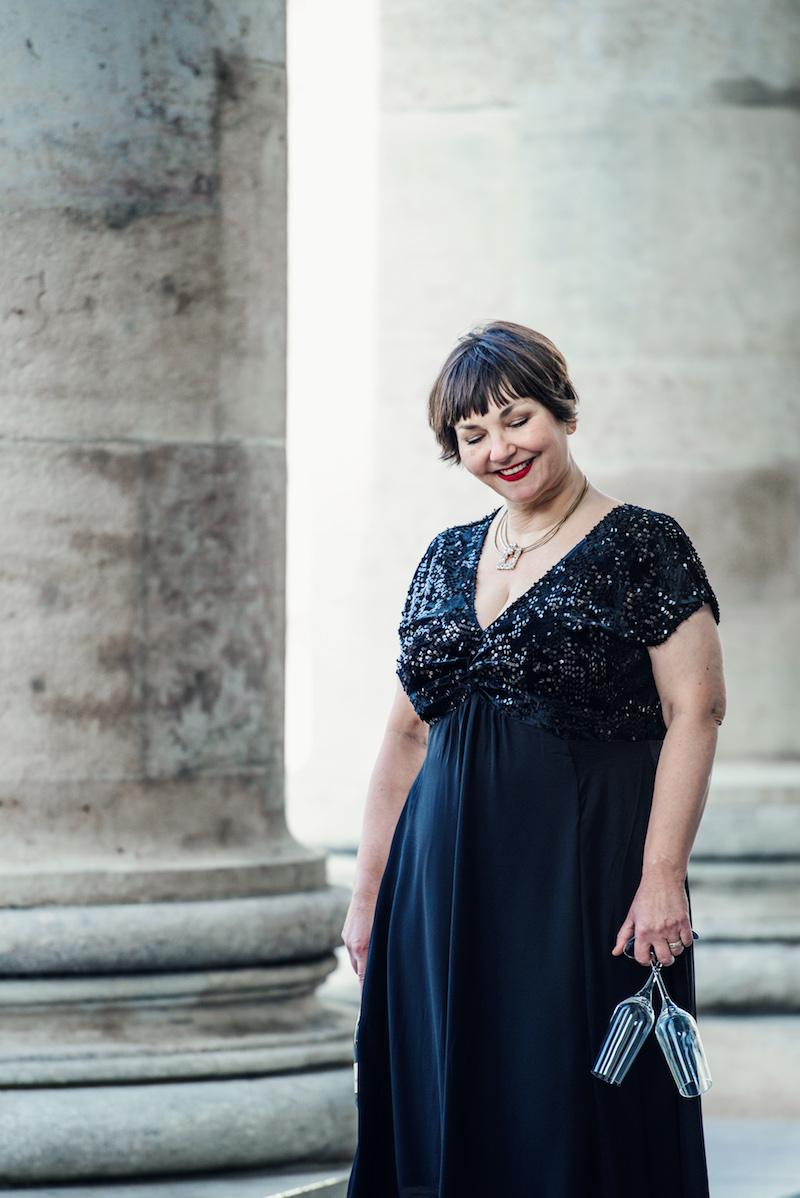 Susanne Ackstaller aka Texterella im schwarzen Paillettenkleid