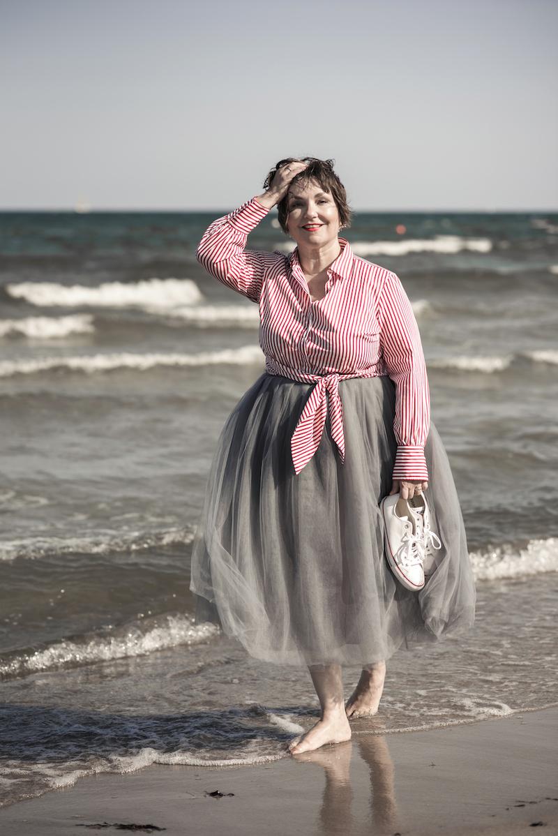 Susanne Ackstaller trägt einen Tüllrock am Strand.