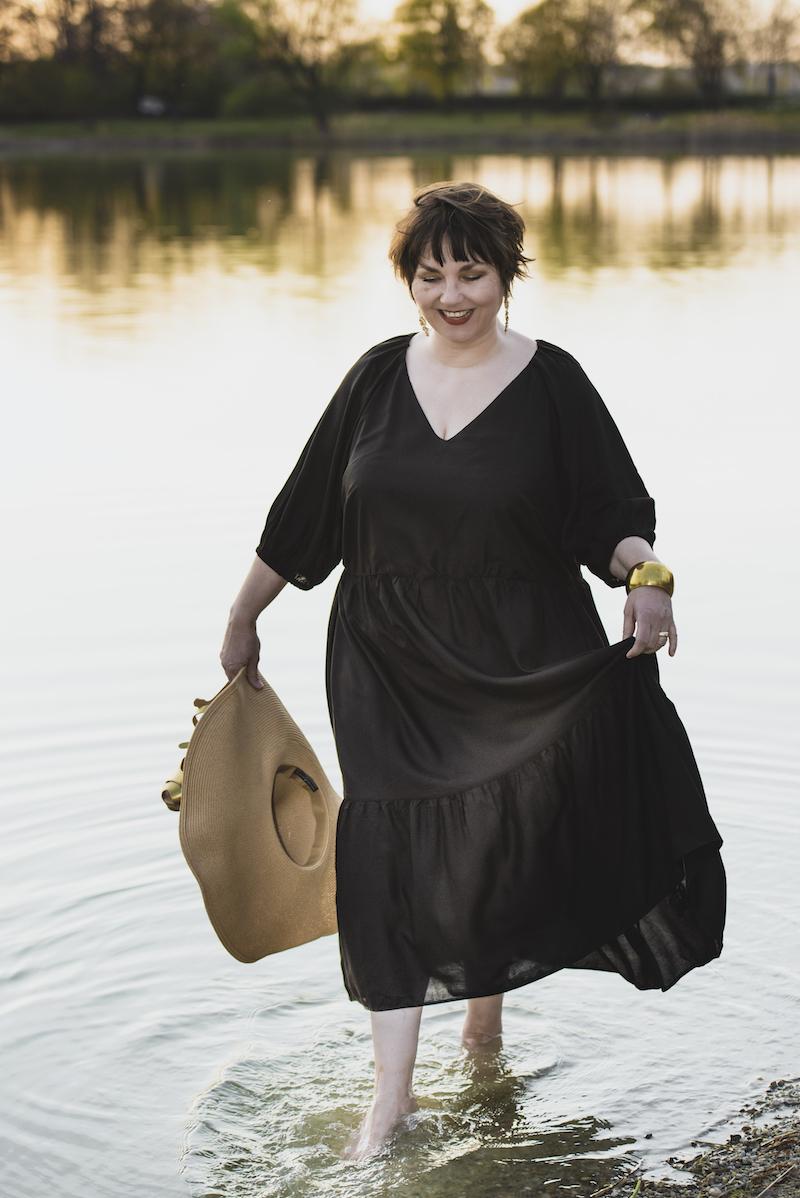 Texterella Susanne Ackstaller zeigt dir einen Look in Schwarz und Gold.