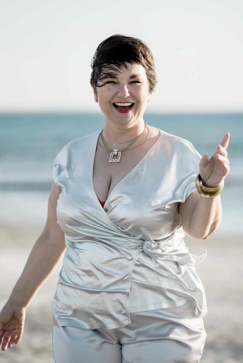 Susanne Ackstaller im silbernen Wickelshirt: Plussize Mode für jede Party!
