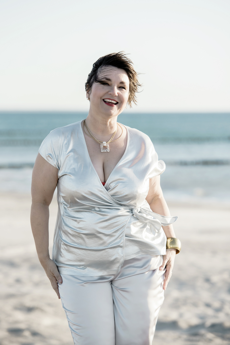 Susanne Ackstaller aka Texterella im silbernen Wickelshirt: Plussize Mode für jede Party!