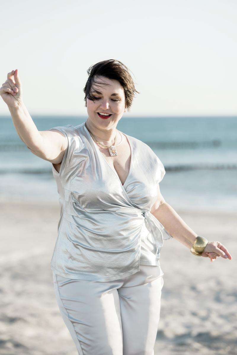 Party-Outfit von Texterella: Silbernes Wickelshirt zu lässiger Hose