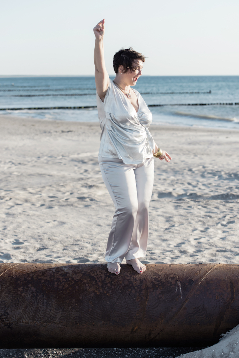 Susanne Ackstaller aka texterella tanzt das Leben im lässigen Silber-Look