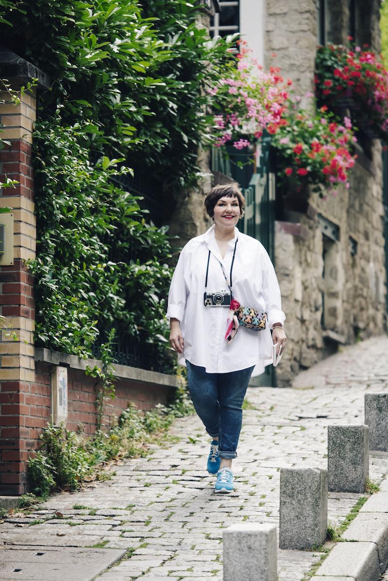 Susanne Ackstaller ist unterwegs am Montmartre und trägt Bequemschuhe von UXGO