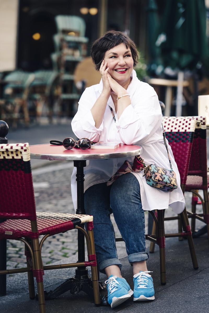Susanne Ackstaller zum Frühstück in einem der kleinen Cafés am Montmartre