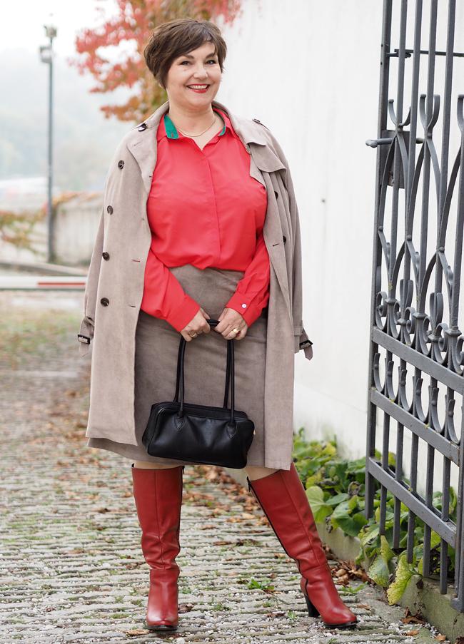 Kontrastprogramm: Rote Bluse und rote Stiefel zu beigem Rock und Mantel
