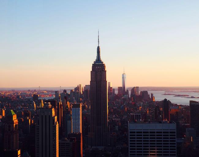 Vom Rockefeller Center aus gesehen: Das Empire State Building im Sonnenuntergang