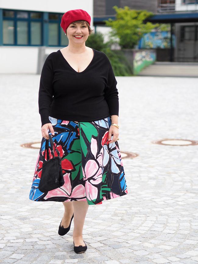 Blumenrock von Marina Rinaldi, kombiniert mit einer roten Baskenmütze