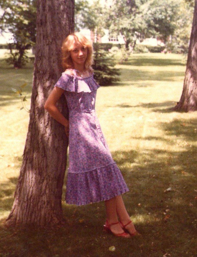 Christine Lawens, mit 16, in einem mädchenhaften rosa Kleid.