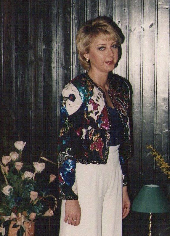 Christine Lawens in einer mit paillettenbestickten Jacke. 2000.