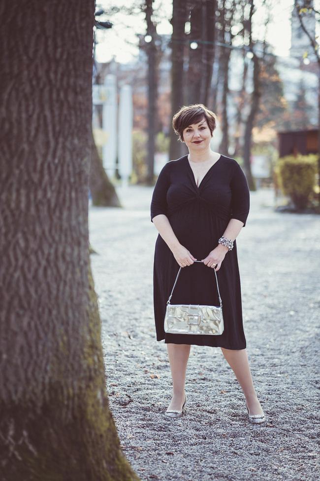 Schwarzes Kleid von Sallie Sahne. Armreif: Tom Binns, Schuhe: Tabitha Simmons. Fotografiert von Anette Göttlicher.