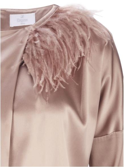 Elegantes Seidenkleid von Elegance in Puderrosa und Federkragen