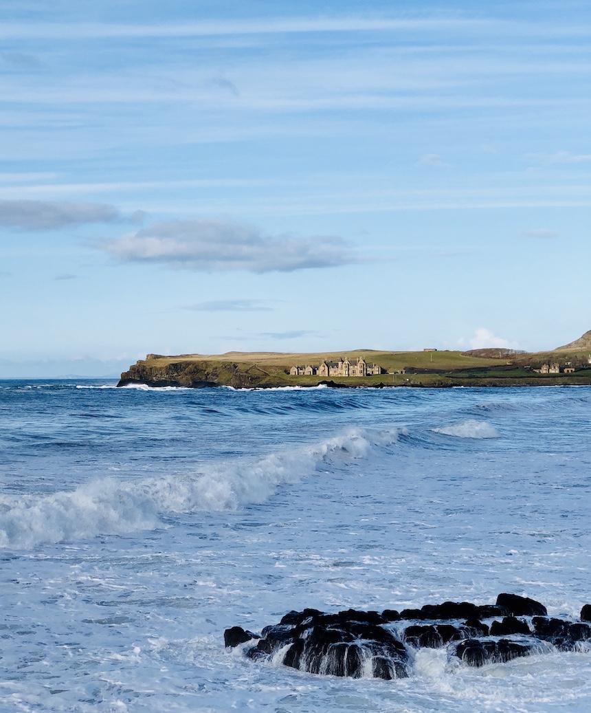Im Norden Irlands an der Küste. Brandung, blauer Himmel, ein bisschen wie Himmel auf Erden.