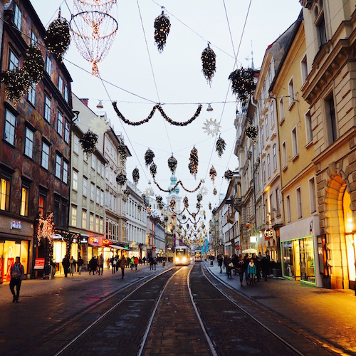 Graz, Österreich: die Herrengasse in der Dämmerung