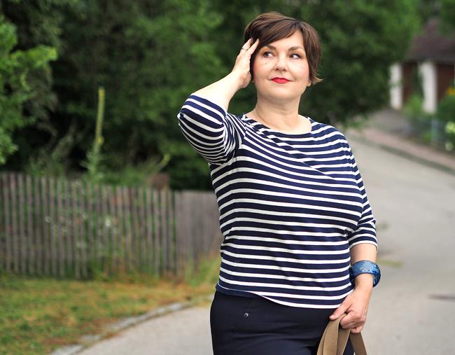Marinelook: Streifenshirt, Caprihose, Tuch und Armreif von Lanvin