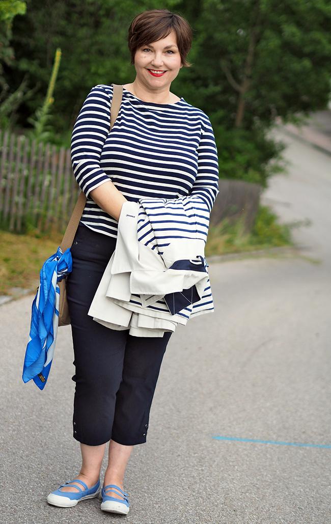 Marinelook: Streifenshirt, Caprihose, helle Caban-Jacke. Tuch und Armreif von Lanvin