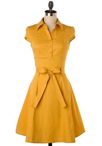 Sommerkleid in intensivem Gelb. Mit kurzen Ärmeln und Bindegürtel