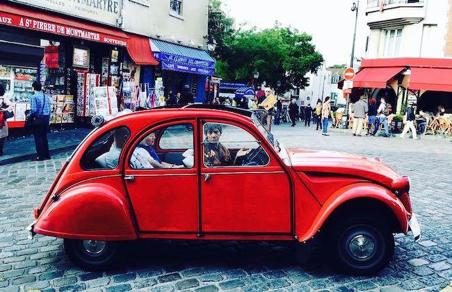 Roter Citroën CV2 auf dem Montmartre