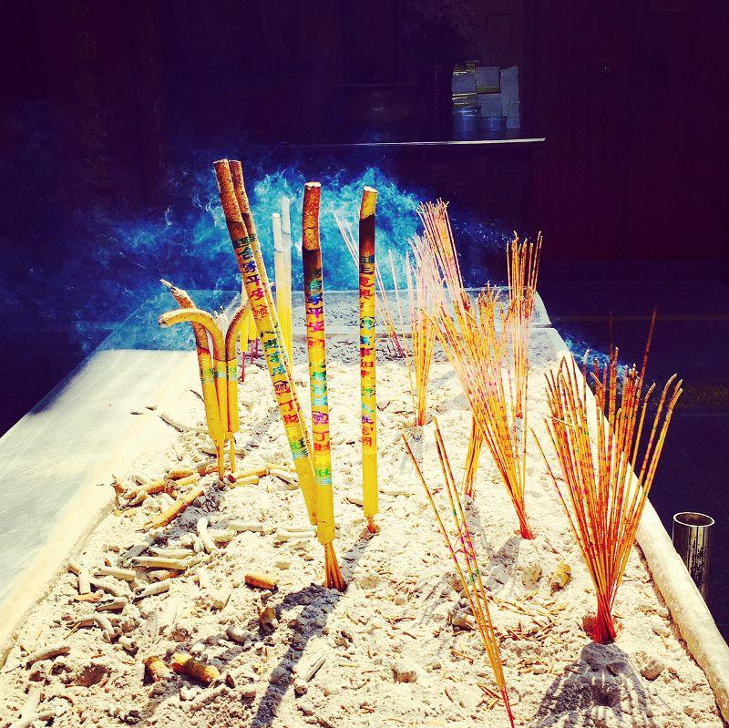 Räucherstäbchen in chinesischem Tempel