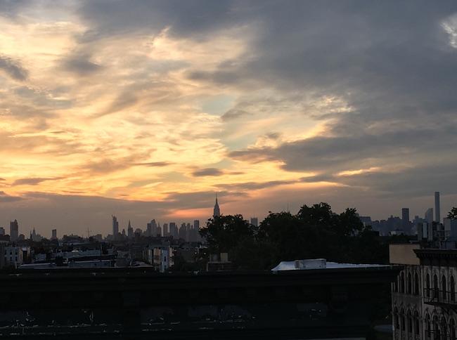 Bllick auf Manhattan vom Rooftop in Bushwick, Brooklyn, aus.