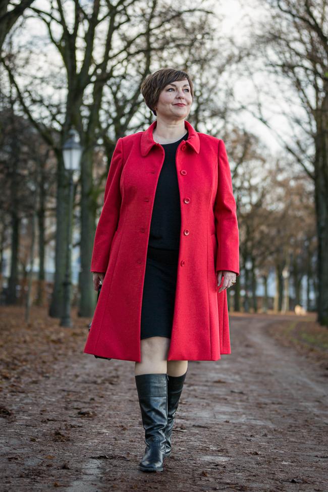Roter Lodenmantel aus dem Modeatelier Hilde Polz. Foto: Simone Naumann